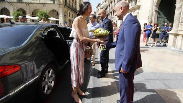 El alcalde, Gabriel Echávarri, junto a un coche oficial del ayuntamiento en un acto público