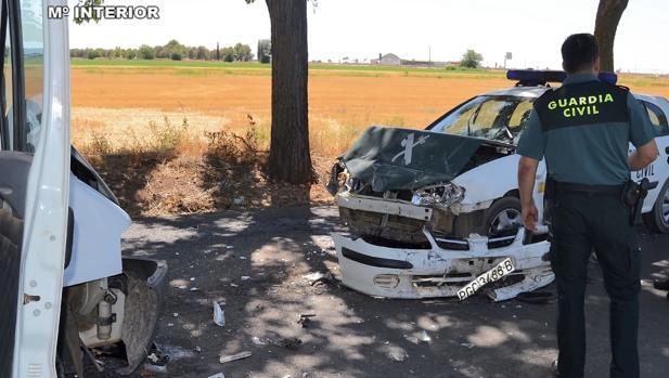 Estado en el que quedó el coche policial tras ser embestido por el vecino