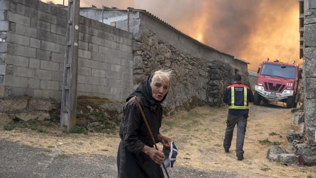 Una anciana en el incendio del municipio orensano de Muíños, que afecta al Parque Natural del Xurés