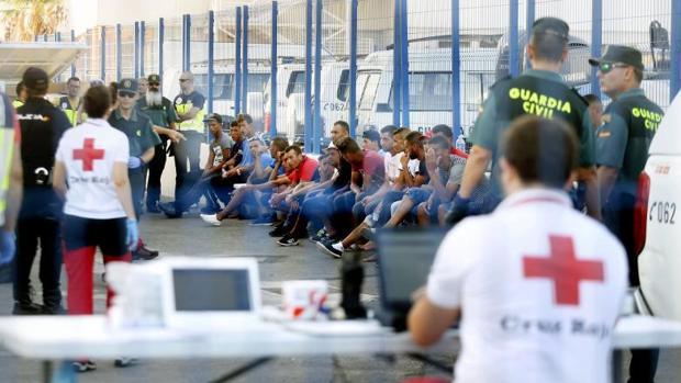 Guardia Civil, Policía y Cruz Roja, con los últimos inmigrantes llegados a patera a Alicante, en Tabarca.
