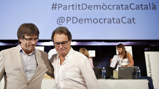 Puigdemont y Mas, durante el Congreso en que se escogió el nuevo nombre del partido