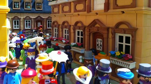 La representación de una calle hecha con muñecos Playmobil