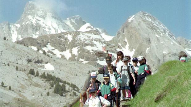 Turistas practicando senderismo en el Pirineo aragonés