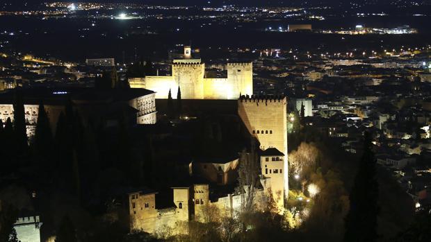 Vista de la Alhambra de noche