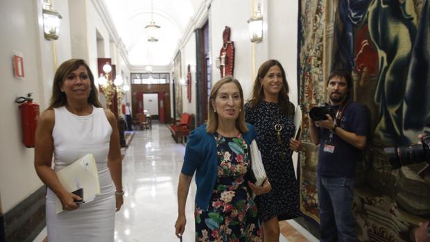 Ana Pastor, en el Congreso junto Alicia Sánchez-Cmacho