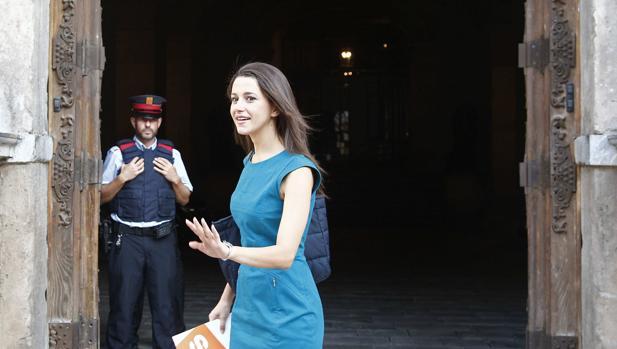 Arrimadas, ayer, a su llegada al Palau de la Generalitat