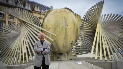 El artista Manolo Valdés, con una de sus obras en la capital francesa.
