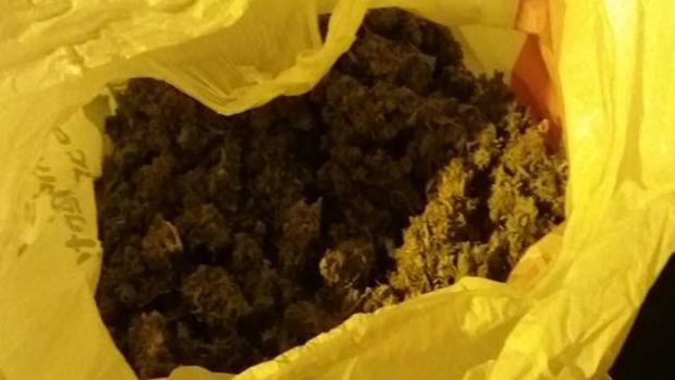 Una de las bolsas llenas de marihuana que ha intervenido la Guardia Civil