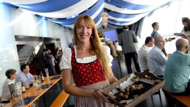 Una camarera posa vestida con el traje alemán Dirndl