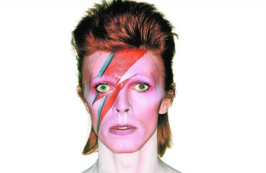El músico David Bowie posando para la portada de su disco «Aladdin Sane»