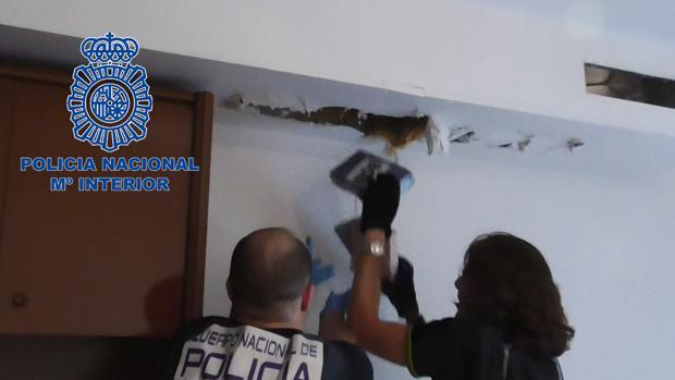 Dos agentes sacan droga oculta en un techo