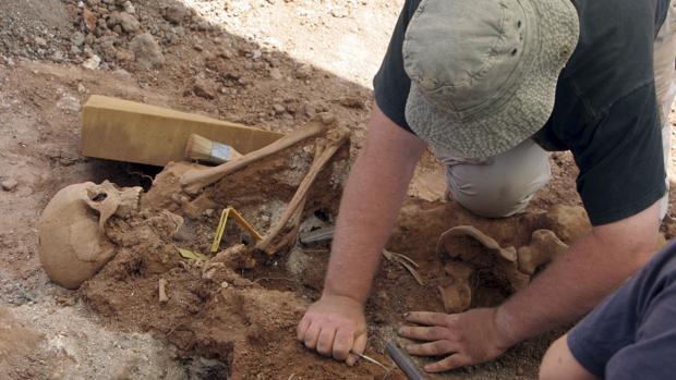 Trabajo de exhumación en una fosa común
