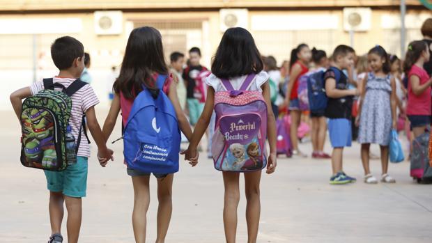 Varios niños se dirigen a su centro escolar este jueves