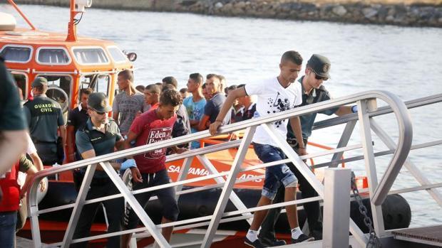 Inmigrantes localizados en la isla de Tabarca, trasladados por la Guardia Civil.