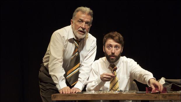Enric Majó y Dafnis Balduz, en una escena de «Una vida al teatre»