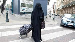 Libertad provisional para los dos ultras que patearon a una mujer embarazada por llevar «niqab»
