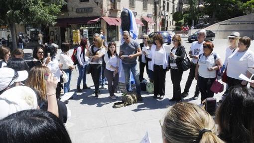 Judíos rezando frente a la escultura de Samuel Leví en Toledo