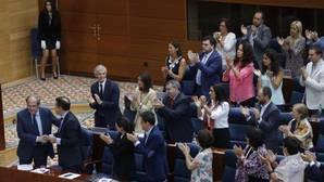Un portavoz del PSOE, pillado haciendo un «meme» sobre Cifuentes en el debate