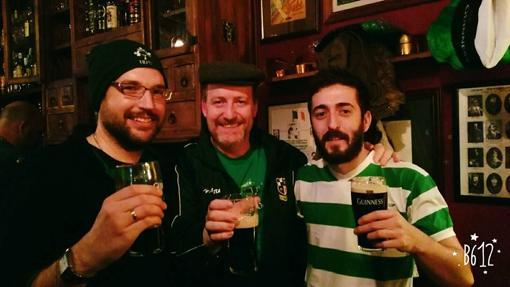 Con una guiness irlandesa en el pub O'Briens