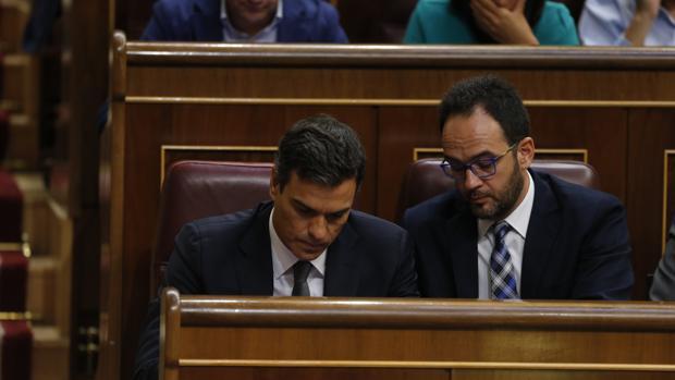Pedro Sánchez y Antonio Hernando, en el Congreso