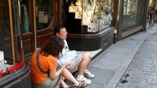 Dos turistas extranjeros, en una calle de Toledo