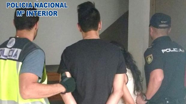 Dos detenidos, custodiados por la Policía Nacional