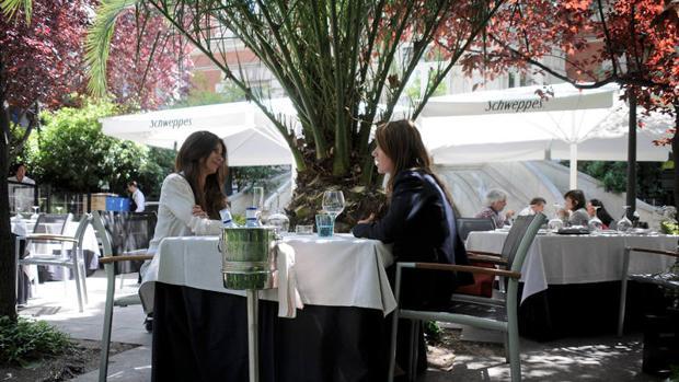 Dos comensales en la terraza del restaurante Cien Llaves