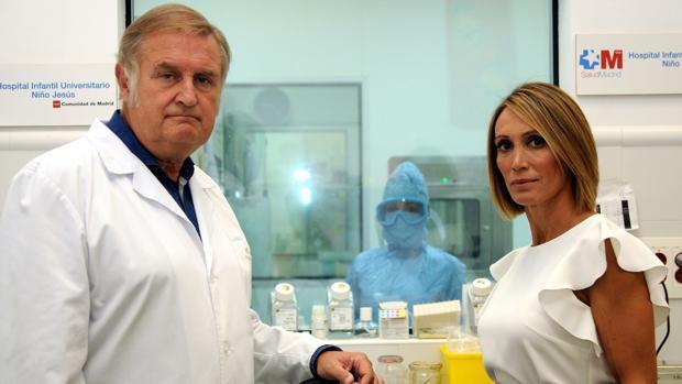 Cristina Sánchez junto con el doctor Luis Madero, Presidente de la Fundación Onco-hematología Infantil