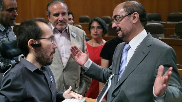 El presidente Lambán, líder del PSOE aragonés, junto al dirigente regional de Podemos, Pablo Echenique