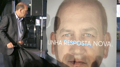 Pegada de carteles del PSdeG a escasos metros de la casa del pueblo de Santiago