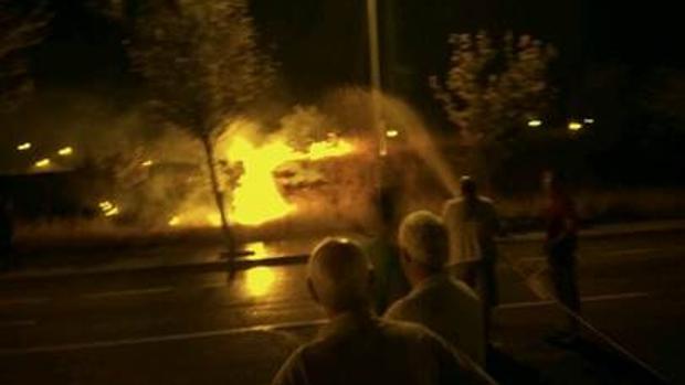 Los vecinos luchan contra las llamas que afectaban al Parque Manolito Gafotas de Carabanchel