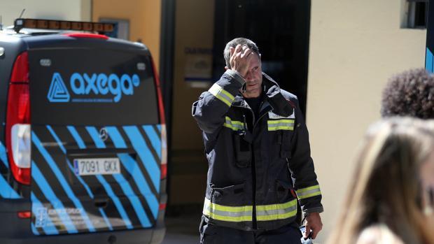 Un bombero del operativo de Emenrgencias, en O Porriño (Pontevedra)