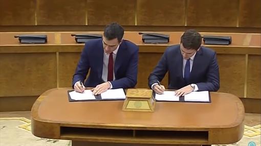 Sánchez y Rivera, en la firma del acuerdo para la investidura del primero, en marzo de 2016