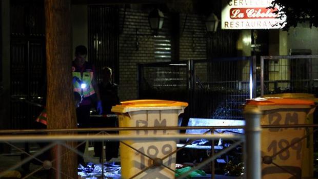 Tras los cubos, tapado con un plástico verde, el cadáver de la mujer asesinada en Tetuán