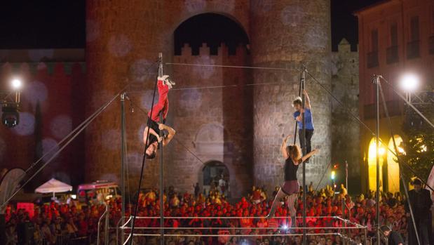 Cie 100 Isues, grupo francés con su circo de acrobacias extremas a los pies de la muralla