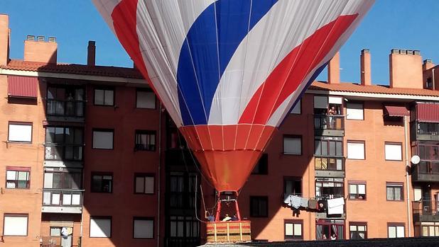 El globo ha aterrizado de manera forzosa entre unos bloques de viviendas