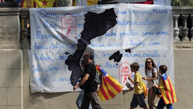 Un grupo de independentistas junto a un cartel que reivindica los «Països Catalans», en la Diada de 2014