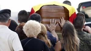 Familiares y amigos acompañan el féretro del soldado valenciano muerto en Irak