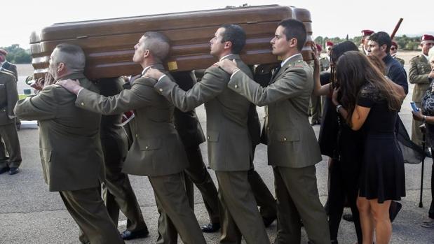 Varios soldados llevan el féretro