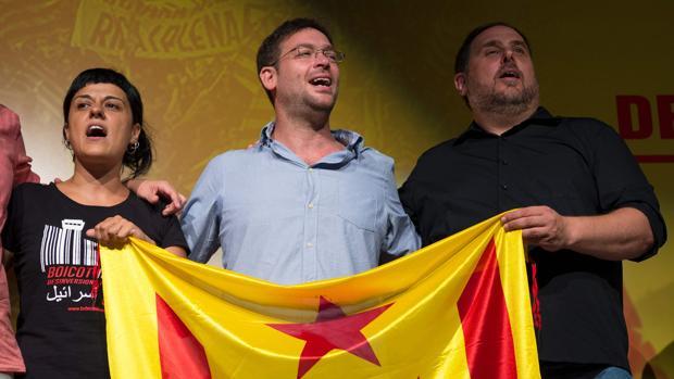 Gabriel (CUP), Fachín (Podem) y Junqueras (ERC), en el mitin del viernes en Sant Boi