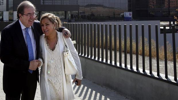 Herrera abraza a Rosa Valdeón en una imagen de archivo