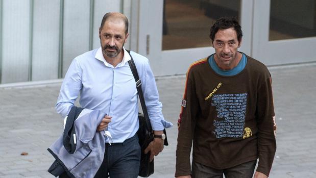 El presunto autor de quince fuegos en Orense, acompañado de su abogado
