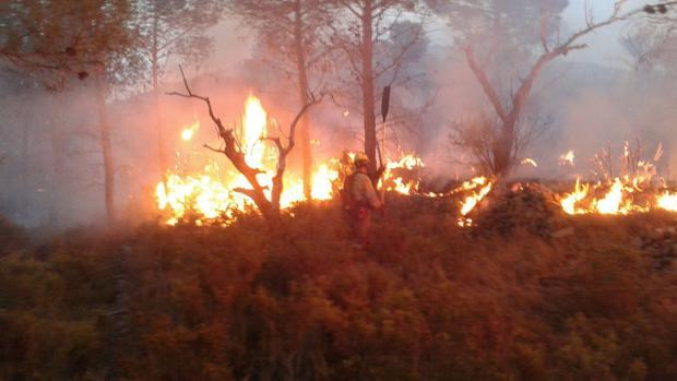 Un bombero trabaja en el incendio de Gaibiel (Castellón)