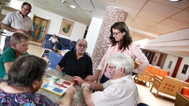 La vicepresidenta del Consell, Mónica Oltra, en una visita a la residencia geriátrica de Carlet