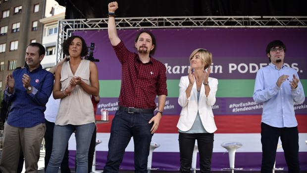 El líder de Podemos, Pablo Iglesias (i), acompañado por la candidata a lehendakari, Pili Zabala (2d), y la secretaria general de Podemos Euskadi, Nagua Alba (2i), durante un acto de campaña celebrado hoy en Barakaldo