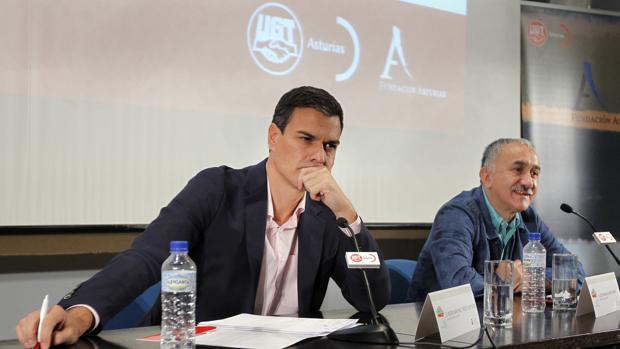El secretario general del PSOE, Pedro Sánchez, junto al secretario general de UGT, Josep María Álvarez