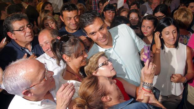 Pedro Sánchez, durante su reciente visita a la localidad coruñesa de Sigüeiro