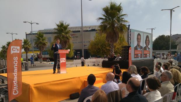 Albert Rivera se dirige a los simpatizantes congregados ante el puerto deportivo de Vigo