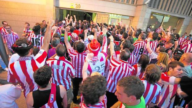 Miles de aficionados rojiblancos acceden al estadio Vicente Calderón