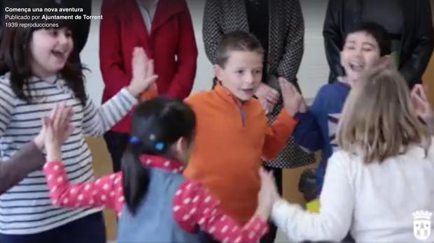Vídeo con los dirigentes del PP sin cabeza, pese a dejar fuera del enfoque también a dos niños